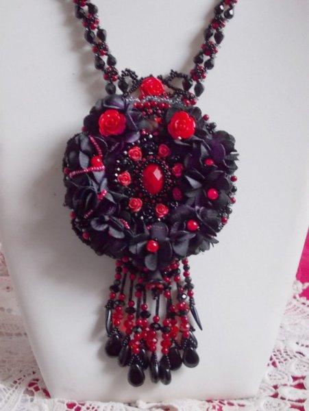 Collier Midnight in Paris brodé avec des Cristaux de Swarovski, des roses en résine, des rocailles et des dagues noires