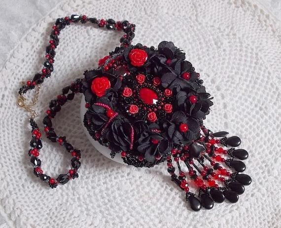 Collier classique Midnight in Paris, une abondance de noir et de rouge brodé de perles et roses.
