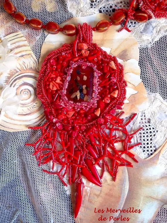 Collier pendentif Coralie brodé avec des pierres semi-précieuses en abondance.