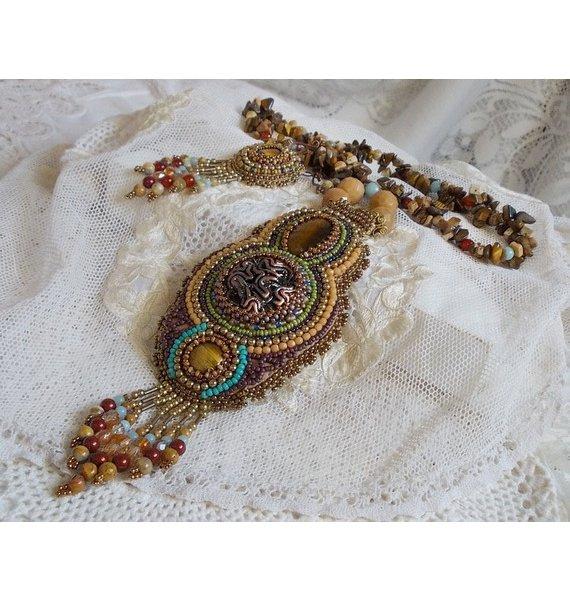 Collier pendentif Fauve brodé avec plusieurs oeil de tigre, façon Haute-Couture