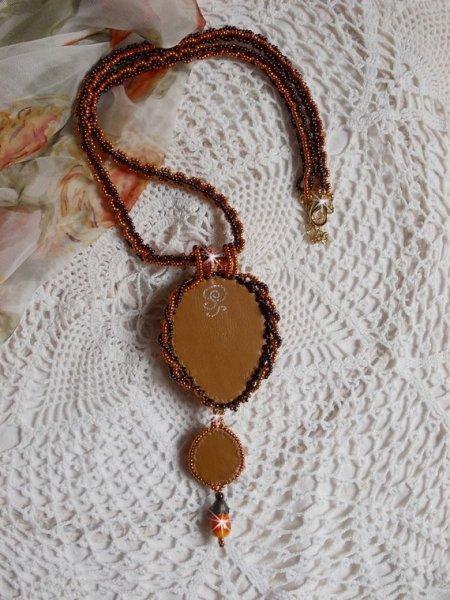 Collier pendentif Lady in Orange, cristal de Swarovski, rocailles Miyuki et perles.