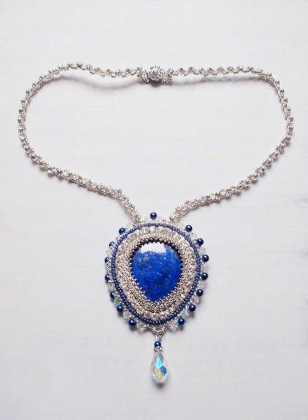 Collier pendentif Nil bleu brodé avec des cristaux et un Lapis Lazuli.