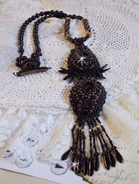 Collier pendentif Habit Noir brodé avec des pierres onyx et de très belles perles