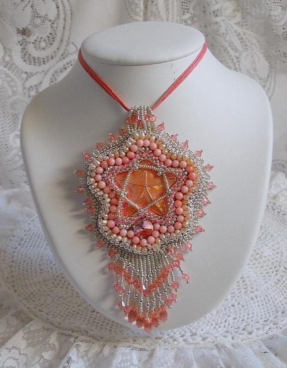 Collier pendentif Corail brodé avec une étoile en métal et perles de culture