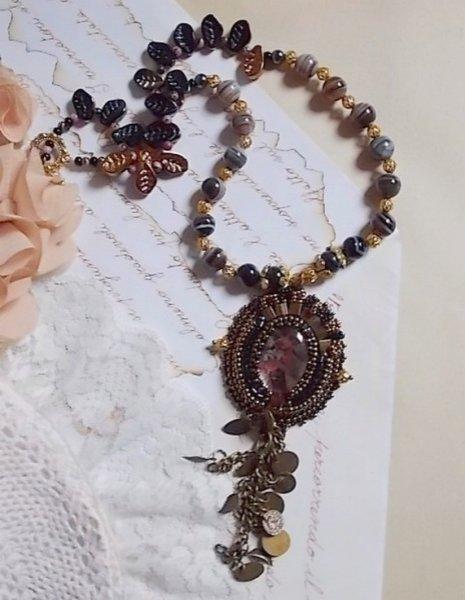 Collier Aube brodé avec un camé en résine d'un portrait de femme