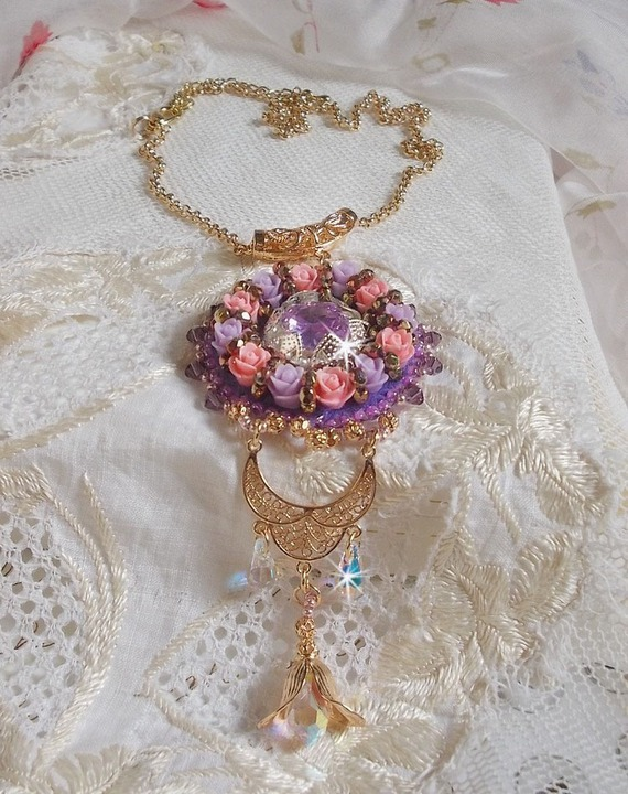 Collier pendentif Glace Purple brodé avec des cristaux de Swarovski