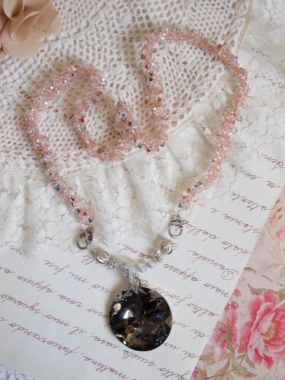 Collier pendentif Coco brodé avec des cristaux de Swarovski et un médaillon cristal fumé