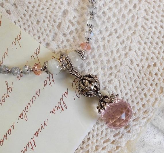 Collier pendentif Rose Irisée  brodée de cristaux de Swarovski, de l'argent 925 et des pierres de Lune