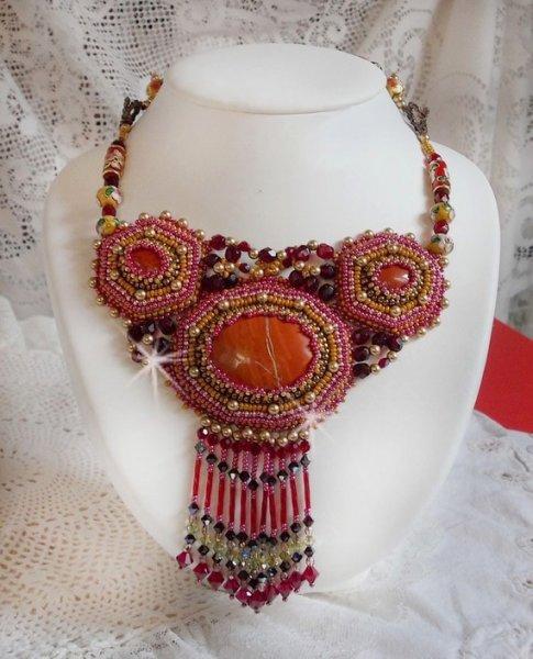 Collier Jaspe Rouge brodé avec des pierres de gemme et des perles de qualité