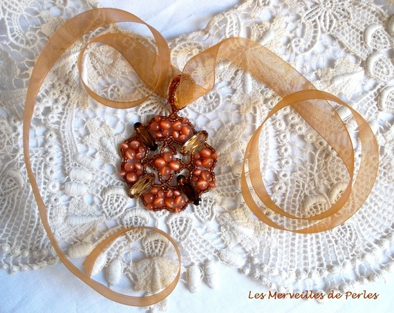 Collier pendentif D'Automne avec des cristaux et perles très ambrée pour la saison