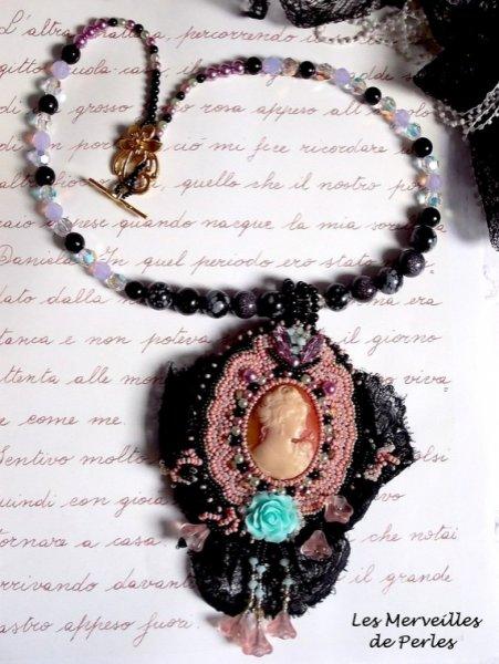 Collier pendentif Marquise brodé des perles nacrées, une très belle dentelle, un bijou somptueux