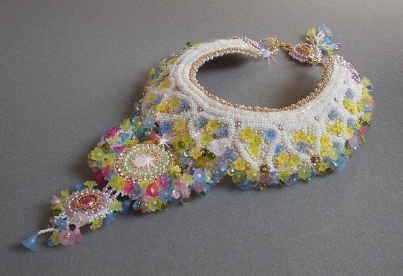 Collier plastron Envolée Fleurie, fleurs en lucite, perles et rocailles brodé façon Haute-Couture