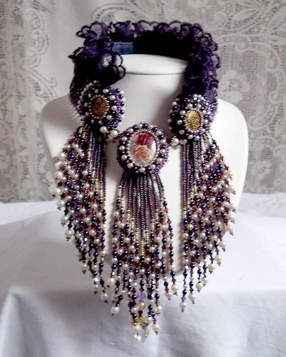 Collier plastron Les Merveilles D'Antan, inspiration belle époque avec une dentelle violette et de très belles perles brodé façon Haute-Couture.