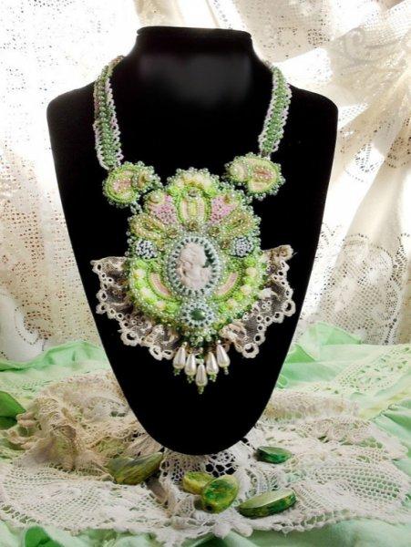 Collier victorien Haute-Couture Anisse brodé avec de la dentelle ancienne, cabochon résine portrait de femme.