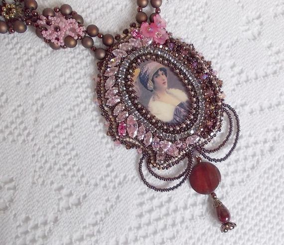Collier Belle Romance Haute-Couture brodé avec un cabochon portrait de femme, des Cristaux de Swarovski et des perles nacrées