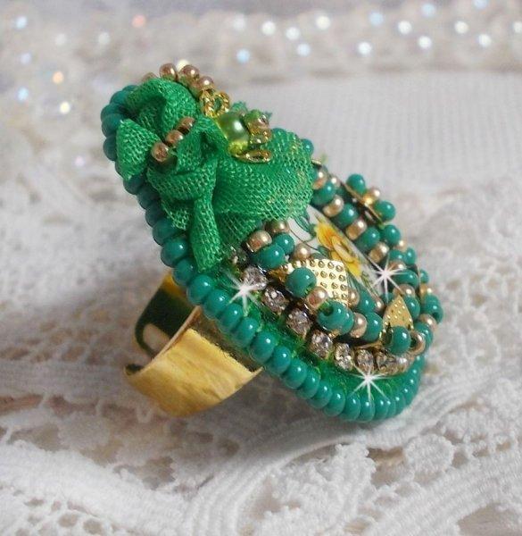 Bague Belle Emeraude avec un cabochon en céramique composée d'une rose de couleur jaune et vert
