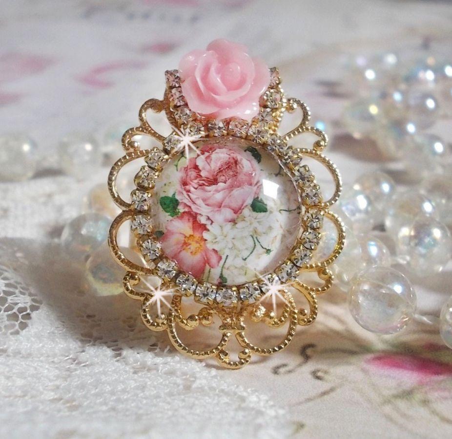 Bague Bouquet Valentine avec un cabochon loupe représentant des rose, une rose en résine et une chaîne strass en crystal de Swarovski
