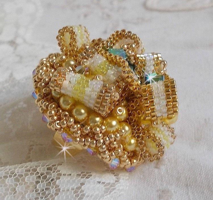 Bague Sunflower Gold plaqué or 24 carats brodée avec des perles nacrées et cristaux de Swarovski façon Haute-Couture