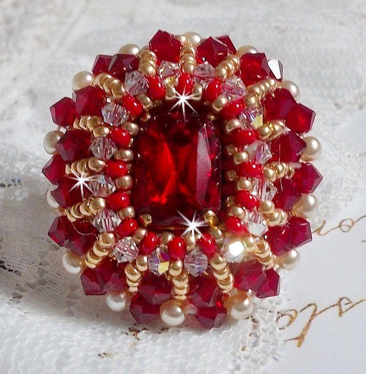 Bague Rubis brodée avec un cabochon en cristal de bohème brodée façon Rubis
