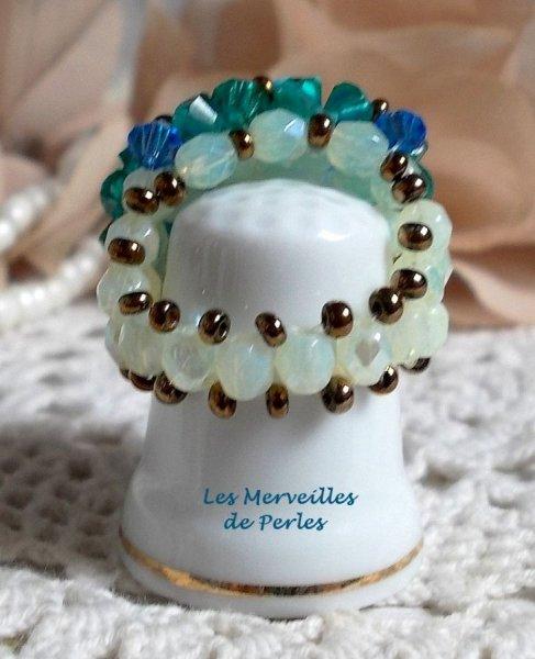 Bague Aquamarine avec des facettes et des toupies en crystal de Swarovski