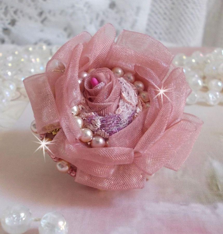 Bague Douceur Poudrée Haute-Couture crée avec de la dentelle très fine, du ruban Organza Vieux Rose Antique, des cristaux de Swarovski et des rocailles Miyuki.