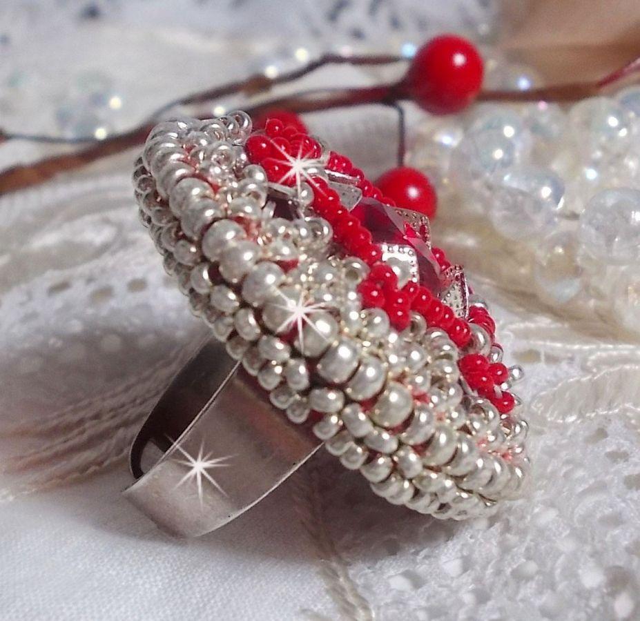 Bague Drigon Red brodée avec un cabochon rouge en cristal de Swarovski, des chatons et des rocailles argentées
