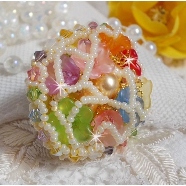 Bague Garden Flowers brodée avec des cristaux de Swarovski, des fleurs Lucite et des rocailles
