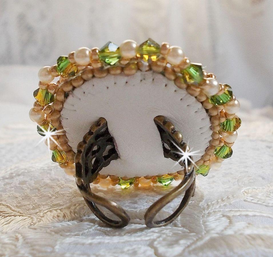 Bague Garden Party brodée avec un cabochon en cristal de bohème des années 1960, des cristaux de Swarovski, des perles nacrées et des rocailles