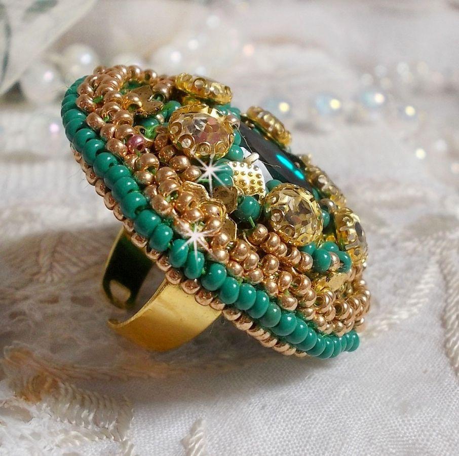 Bague Green Iris avec un cabochon Mirror avec des chatons en cristal de Swarovski