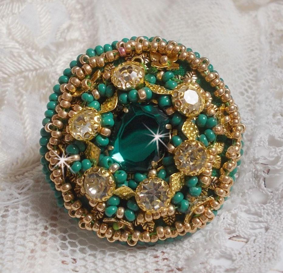 Bague Green Iris brodée avec un cabochon Mirror avec des chatons en cristal de Swarovski