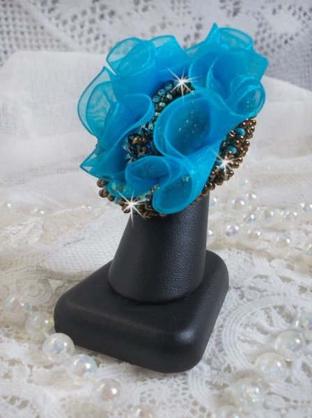 Bague Ilycia Charming brodée avec un cabochon facetté bleu turquoise en résine et un ruban organza