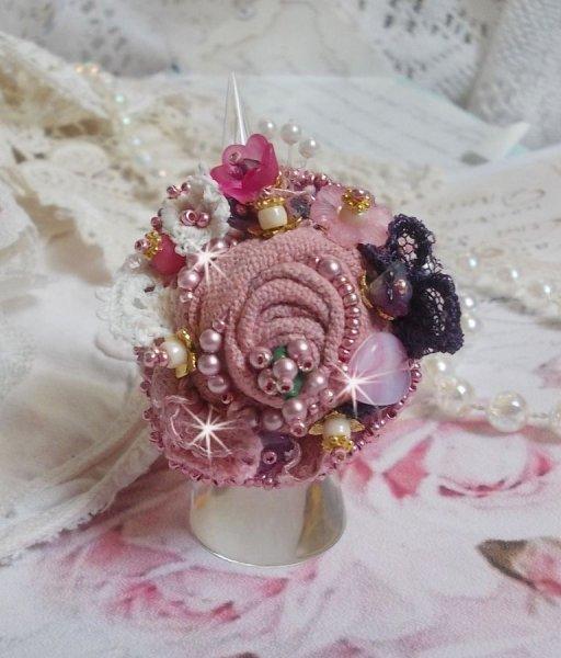 Bague Jardin Poétique brodée avec du lin, de la dentelle très fine, des cristaux de Swarovski, feuille en Nacre, des fleurs Lucite, des perles en verre et des rocailles