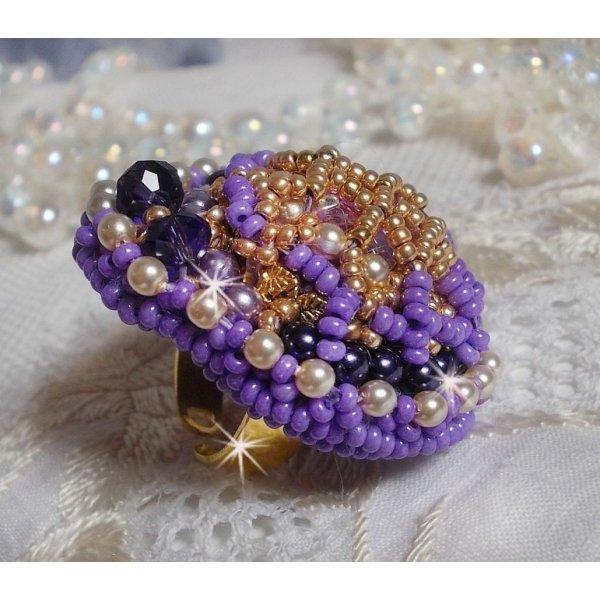 Bague Laureline brodée avec des perles rondes aplaties et un cabochon en cristal de Swarovski