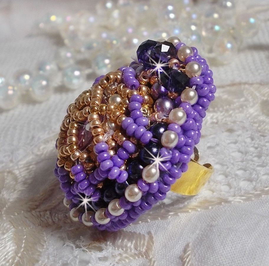Bague Laureline avec des perles rondes aplaties et un cabochon en cristal de Swarovski