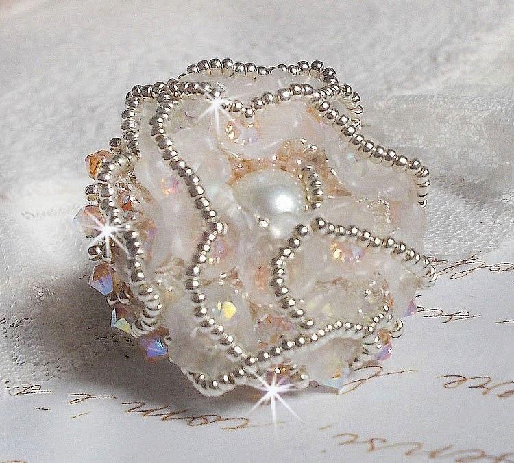 Bague Bouquet d'un Jour brodée avec des lys en lucite et des perles de qualité
