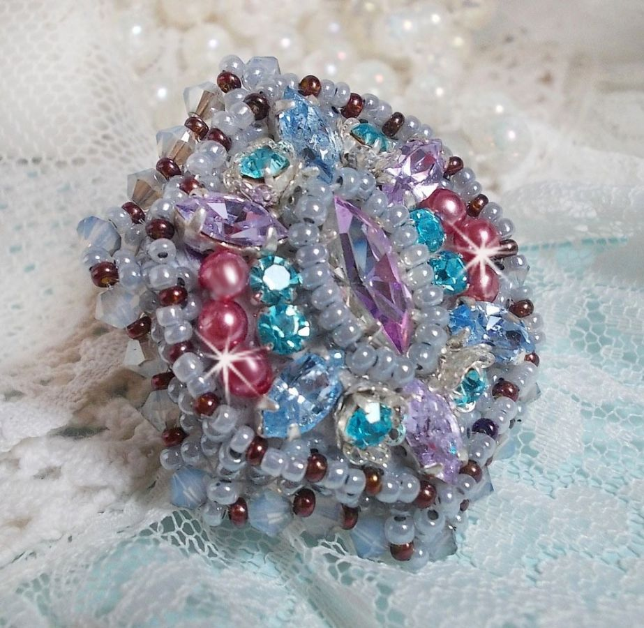 Bague Mademoiselle Bluse brodée avec des Cristaux de Swarovski et de belles rocailles de qulaité