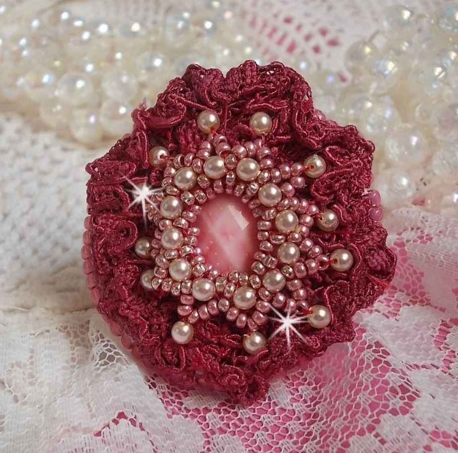 Bague Magnolia brodée avec une dentelle bordeaux, un cabochon facetté Rose et des perles nacrées