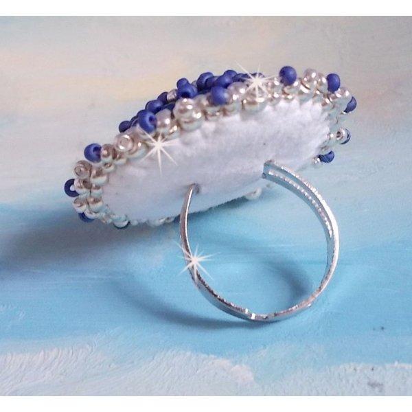 Bague Marine Blue brodée avec un Crystal de Swarovski, des perles rondes nacrées et des rocailles Miyuki