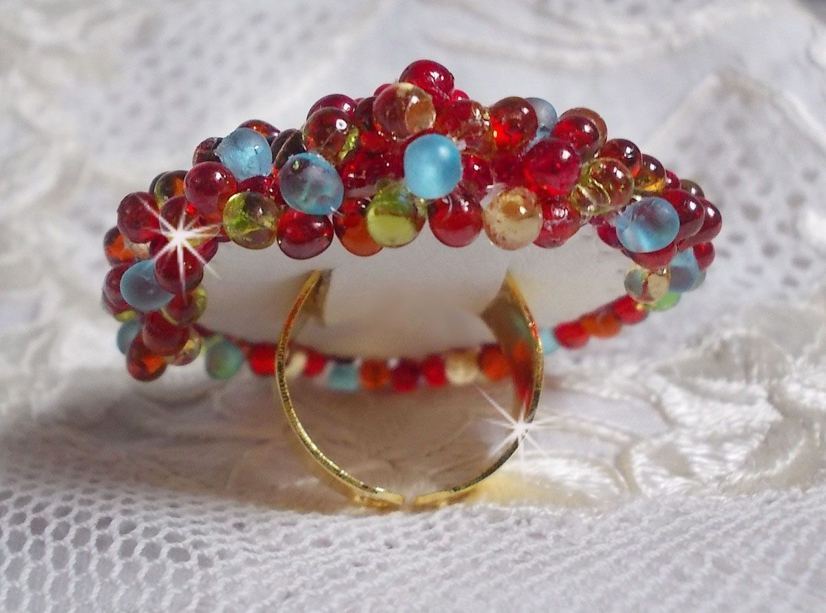 Bague Mia avec un cabochon Baroque Vintage ruby et des perles très fines.