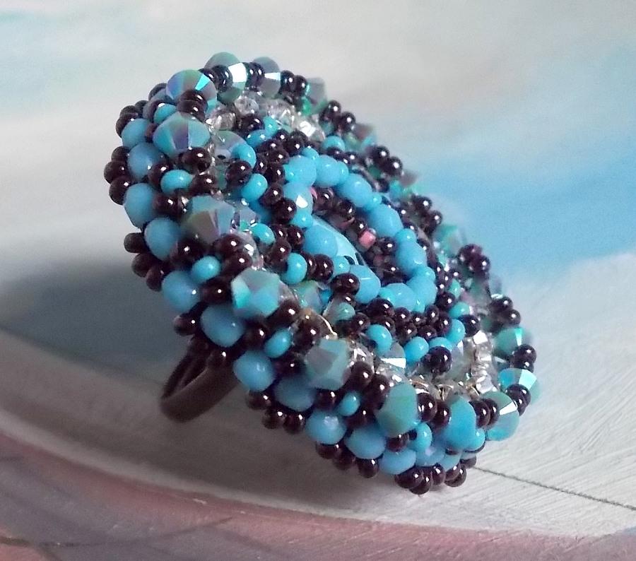 Bague Naïade Belle brodée avec un cabochon en résine Bleu turquoise et cristal, un beau jeu de lumière.