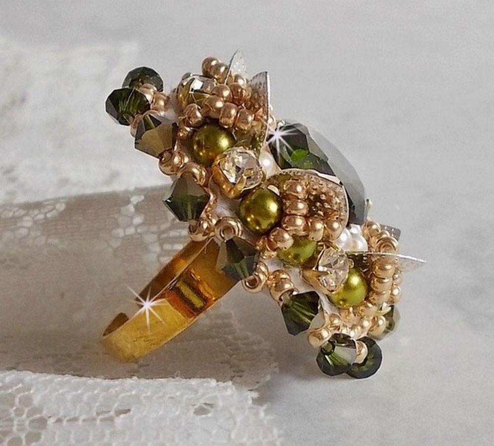 Bague L'Oiseau des Iles Vert Argent brodée avec des perles, des cristaux de Swarovski et des rocailles