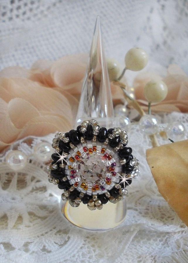 Bague Passion brodée avec un cristal de Swarovski et des rocailles