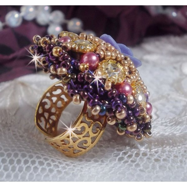 Bague La Passionnée de Venise brodée avec une fleur en résine violette et des strass Crystal