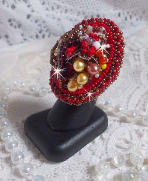 Bague Printemps Coloré brodée avec des Cristaux de Swarovski, des perles rondes nacrées, un cône filigranée et des rocailles