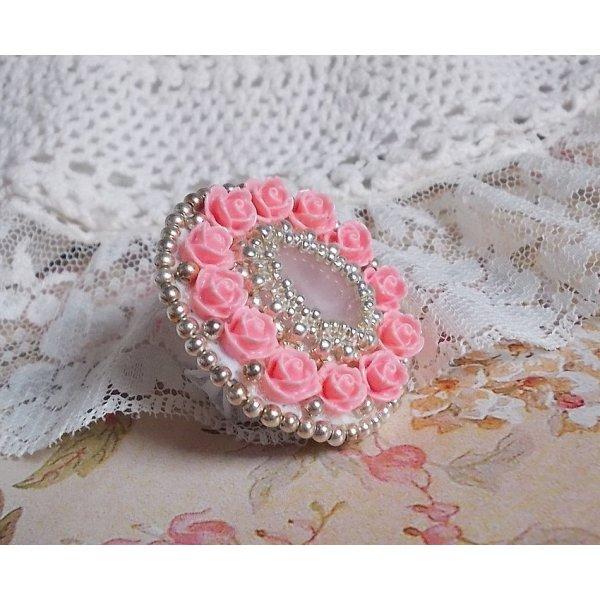 Bague Parisian Roses très romantique brodée avec un cabochon en quartz orné de roses.