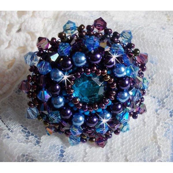 Bague Roses Bleues Royales brodée avec un cabochon en verre et de très belles perles façon baroque