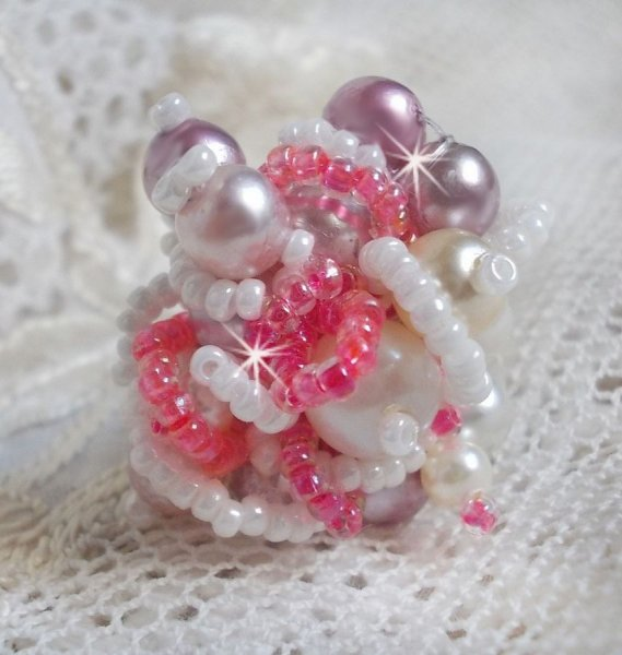 Bague Roses Détente est brodée avec des cristaux de Swarovski, une bague en argent massif 925/1000 et des rocailles