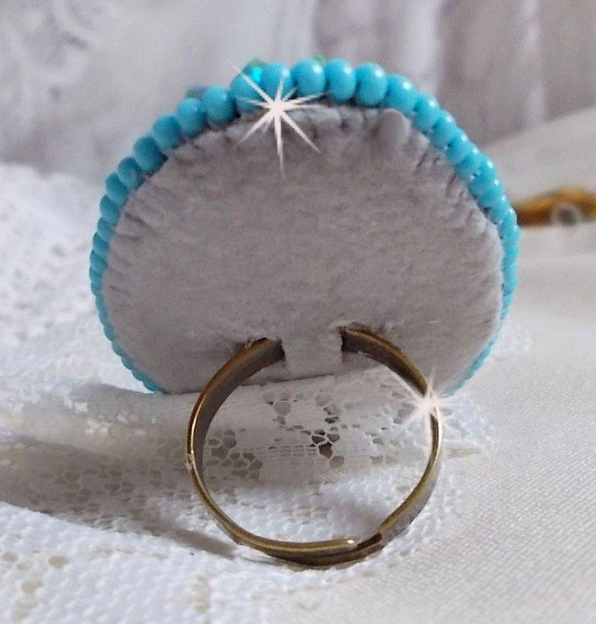 Bague Turquoise  brodée avec un cabochon Turquoise et des cristaux de Swarovski