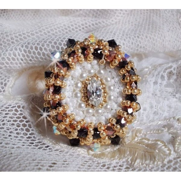 Bague Noir Sacré brodée de cristaux de Swarovski façon vintage
