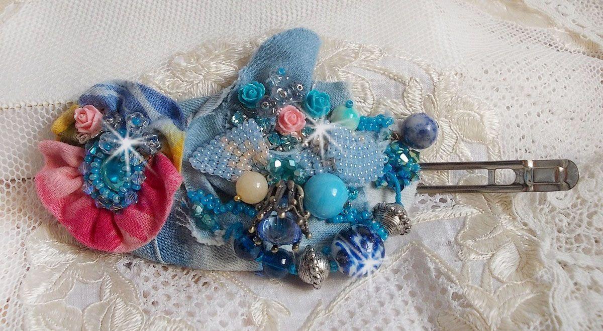 Barrette à cheveux Far West brodée avec des pierres semi-précieuses (le Sodalite et le Jade Jaune), du tissu en Jean avec des fleurs, des Cristaux de Swarovski et des rocailles